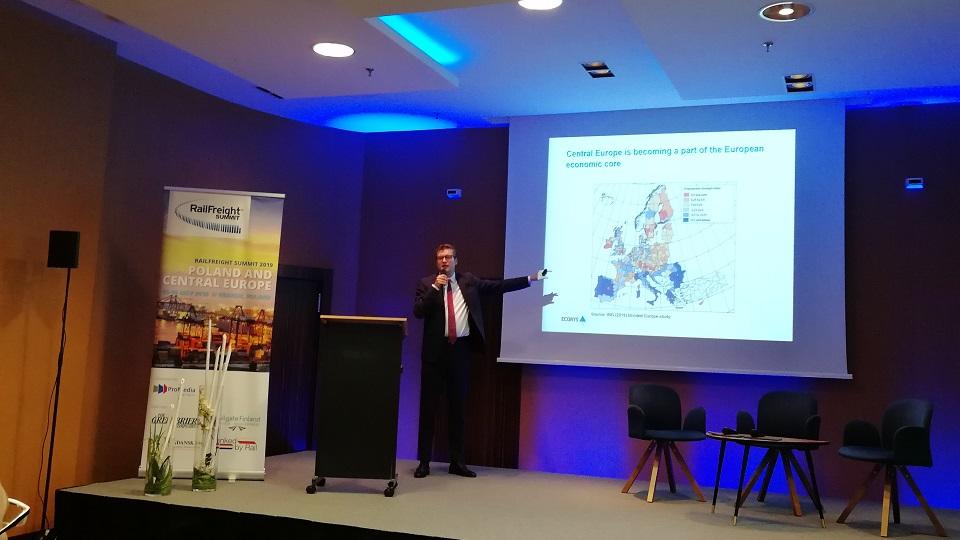 Onno de Jong speaks at RailFreight Summit, source: RailFreight