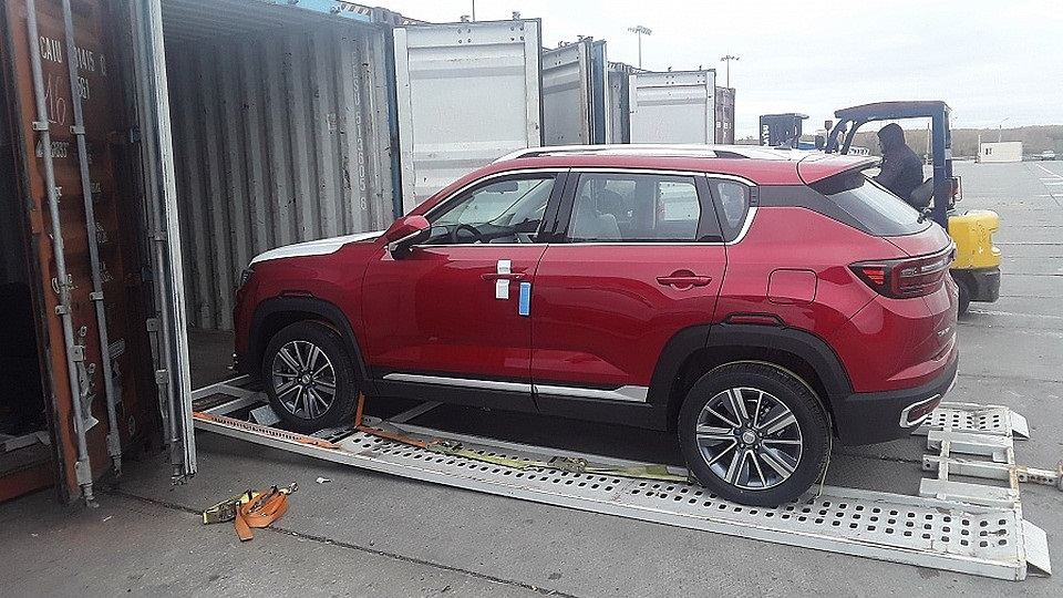 The Chinese cars are loaded into containers, source: FESCO
